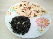 Steamed lamb's quarters (Chenopodium album) with naan